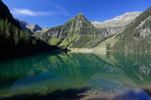 gebirgssee-blick-auf-berg