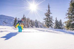 mädchenspass-in-winterlandschaft
