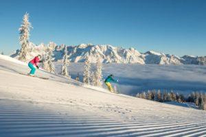 zwei-skifahrer-auf-der-piste